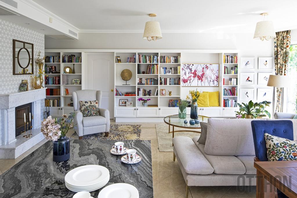 Otthon a virágoskertben: egy napfényes budai lakás