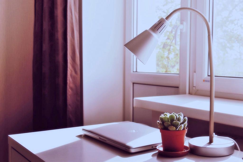 Ezért fontos a megfelelő világítás az otthoni munkavégzésnél