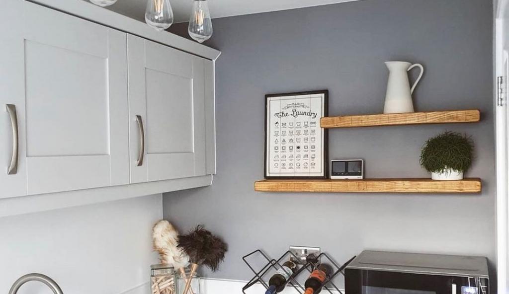 Nyitott polcok a konyhában: látványos megoldások