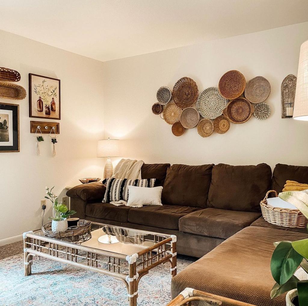 Így dekoráld a falat a kanapé mögött